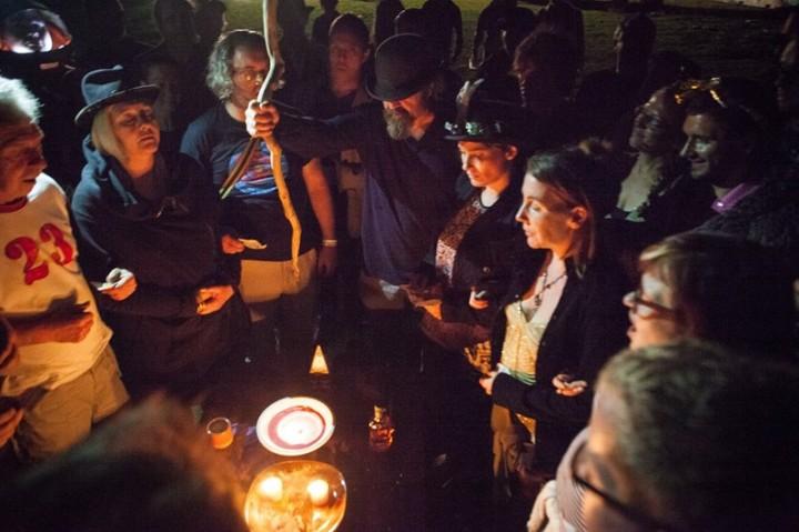 All Hail, The Staff ! Photo of Jon Harris burning money at Festival 23 y Dan Sumption